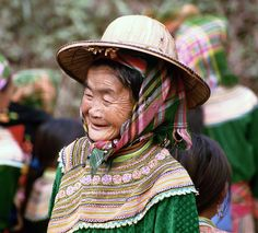 Oma with a hat, Noord Vietnam