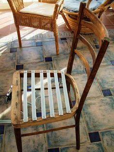 Pasos: 1.- Retirar tapicería antigua. Para ello utilicé un destornillador pequeño, que me permite levantar las grapas y una mordaza para retirarlas. Una ve