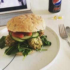 Burger med hjemmelavet falafel 👌🏻 I alt 427 kalorier. #vægttabsrejse #vægttab #healthyfood #healthy #aftensmad #fredag #dinnerforone #aftensmadforen #sund #sundmad #sundhed #sundtliv myfood fitfamdk