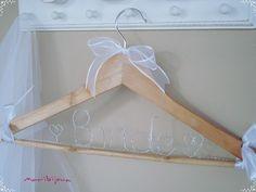Cabide para o Vestido da Noiva, confeccionado artesanalmente  em madeira com aplicação de nome em arame elaços de fitas...Personalizamos com o nome da Noiva !!!!