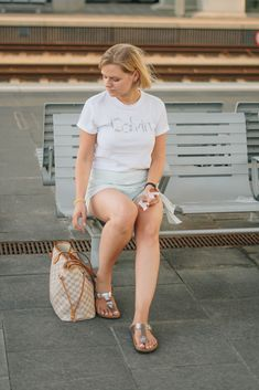 #Sommeroutfit in Leinenhosenrock, white Statementshirt, Neverfull von Louis Vuitton und metallic Birkenstock - yellowgirl der DIY-Lifestyle Blog