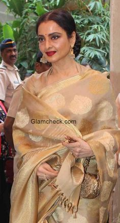 Rekha wore a beige and gold silk saree with a matching gold-toned quarter sleeved blouse. Kerala Saree, Indian Silk Sarees, Indian Beauty Saree, Gold Silk Saree, Organza Saree, Rekha Saree, Bollywood Saree, Sabyasachi, Saree Blouse Patterns