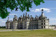 Castelo de Chambord – a maior construção no Vale do Loire é uma combinação de uma fortaleza medieval e palácio digna do Renascimento italiano. No comando dos reis da França Francisco I e Henrique II o castelo foi erguido pelos melhores arquitetos, Leonardo da Vinci entre outros. O mestre italiano, por exemplo, é autor de uma escada dupla em espiral. Surgiu a construção mais reconhecível no Loire – com comprimento de 128 m, com 6 torres principais, 800 capiteis, 440 quartos..