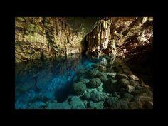 La Cueva de Saturno se ubica en el pueblo de Carbonera, en Cuba. Los viajeros, al descender por una hermosa gruta, encuentran a un lago de aguas cristalinas conocido con el mismo nombre de Cueva Saturno.