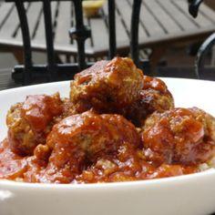 Boulettes sauce tomates cyril lignac pour 4 personnes: – 600 gr de viande de boeuf hachée – 1 gousse d'ail – du persil – 1 oeuf – 4 c à soupe de chapelure – 2 oignons – 500 gr de sauce tomate – Huile d'olive – Set et poivre