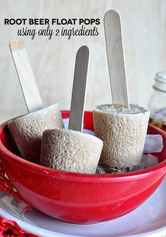 Ingredient Root Beer Float Pops How to make a root beer float pops using only 2 ingredients (and one isn't ice cream! How to make a root beer float pops using only 2 ingredients (and one isn't ice cream! Summer Snack Recipes, Summer Snacks, Summer Treats, Summer Fun, Yummy Drinks, Delicious Desserts, Dessert Recipes, Frozen Desserts, Frozen Treats
