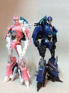 The Transformers Galaxy Hong Kong Fans Group have updated their facebook page with a new Transformers Prime Deluxe Arcee gallery complete with comparison shots with the NYCC exclusive G1 deco Arcee. Images mirrored below.