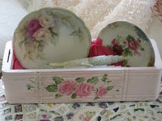 Dianne Zweig - Kitsch 'n Stuff: Using A Vintage Painted Shabby Drawer As An Easel For Decorative Plates Looks like an old sewing machine drawer Cottage Style Decor, Shabby Chic Decor, Vintage Decor, Cottage Chic, Sewing Machine Drawers, Old Sewing Machines, Sewing Cabinet, Sewing Table, Sewing Box