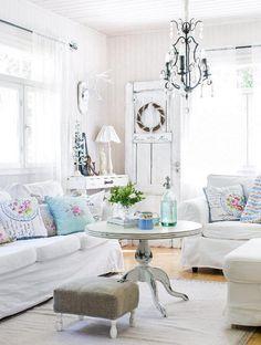 Valkoinen olohuone saa voimaa hippusellisesta sinistä ja ruskeaa. White living room with hint of blue and brown. | Unelmien Talo&Koti Kuva: Hanne Manelius Toimittaja: Ilona Pietiläinen