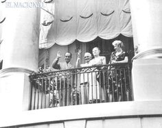 Rómulo Gallegos y el presidente de Estados Unidos Harry S. Truman, saludan desde el balcón de la Casa Blanca, junto a sus repectivas esposas.  En esa gira realizada a principios de julio de 1948, Gallegos aseguró a la prensa que cualquier complot en su contra estaría condenado al fracaso. 07-1948 (ARCHIVO EL NACIONAL)