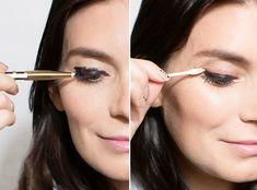 Chica eliminando el exceso de delineador de sus ojos con un isopo