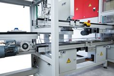 Der posyART-Hublift ermöglicht das Umsetzen des Werktsückträgers auf eine andere Ebene. / The posyART lift is used to transfer the workpiece carrier to another level.