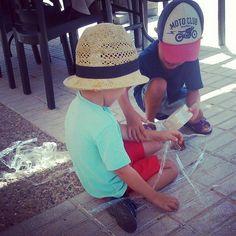 Solo un rollo de fiso?! .. #juegoniños #telaraña #Spiderman #sombrero #hat #childrenplay #play #enundiacualquiera #niñoscreando #niñosjugando #jugaresesencial @rejuega