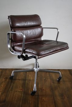 Nice looking knock off of the classic Eames desk chair.