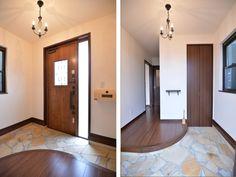 1F:玄関<br /> 天然石を敷き詰めた玄関の奥にはウォークインのシューズクローク。