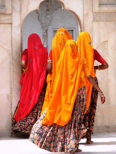 Indian women in Lal Qila    4 Indian women in the Fort of Agra