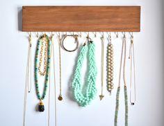 Joyas organizador nogal tiñen con ganchos de oro 15 / accesorio organizador / collar Rack / regalo de vacaciones de LeLeeDesign en Etsy https://www.etsy.com/es/listing/237503963/joyas-organizador-nogal-tinen-con