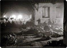 Dolmabahçe Saray Tiyatrosu ve burada geçici bir süre ikamet eden Rus devriminden kaçan Rus göçmenler 1920 / 1923