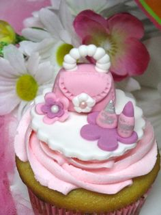 Adorable fondant topped cupcakes #fondant #cupcakes