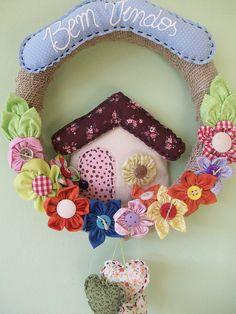 Guirlanda casinha | Flickr – Compartilhamento de fotos! Felt Wreath, Diy Wreath, Burlap Wreath, Felt Crafts, Fabric Crafts, Diy And Crafts, Wreaths And Garlands, Holiday Wreaths, Make Your Own Wreath