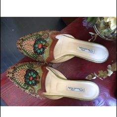 Oscar de la Renta Embellished Mules Oscar de la Renta embellished mules // size 39 // worn 3 times  // offers welcome!                                        pet-free home  smoke-free apartment  ⚡️ use the 'Offer' button to make your reasonable offer Oscar de la Renta Shoes Mules & Clogs