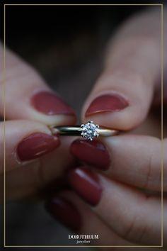 Ein besonderer Verlobungsring zum Bewundern: ein Geschenk, das Ihr Herzi das ganze Leben begleiten wird. Dieser Ring ist mit seinen liebevollen Feinheiten in Herzform genau das perfekte Schmuckstück für Romantiker!