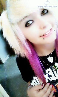 FINALLY some girl with snake bites and NO septum piercing >. Emo Girls, Guys And Girls, Scene Haircuts, Emo People, Spider Bite Piercing, Cute Snake, Indie Hipster, Cute Piercings, Alternative Hair