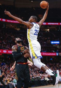 Kevin Durant of the Golden State Warriors goes up for the dunk over LeBron James of the Cleveland Cavaliers at Quicken Loans Arena on January 2018 in Cleveland, Ohio. Warriors Basketball Team, Basketball Legends, Basketball Players, Women's Basketball, Basketball Leagues, Basketball Association, Sports Teams, Nba Kevin Durant, Kevin Durant Basketball