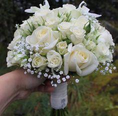 Brudebukett med hvite roser, orkidé og brudeslør
