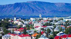 Islandia, de poco más de 100 mil kilómetros cuadrados, se encuentra en el Atlántico Norte, pegada al círculo polar ártico y sobre la fractura de las placas tectónicas norteamericana y europea. Eso determina que soporte una intensa actividad volcánica y tenga bajo sus pies una fuente de geotérmica como pocos lugares del mundo