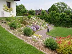 ideas how to maximise a sloping garden 54 Sloped Yard, Sloped Backyard, Hillside Garden, Terrace Garden, Sloping Garden, Rock Edging, Landscaping A Slope, Beautiful Flowers Garden, Back Gardens