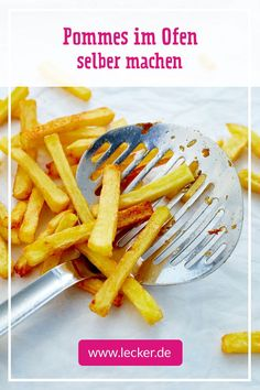 Make french fries in the oven - how it Pommes im Ofen selber machen – so geht's No more ready-made chips! With little fat you can make crispy fries in the oven yourself. A few calories can also be saved with the classic mayonnaise dip. Greek Recipes, Pork Recipes, Pasta Recipes, Italian Recipes, Dinner Recipes, French Recipes, Making French Fries, Vegetable Drinks, Fries In The Oven