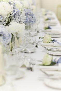 Tischdeko in Weiß und Flieder - perfekt für eine Frühlingshochzeit!