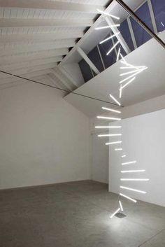 La scala luminosa «Verso l'infinito e oltre», neon e filo d'argento, diametro 160