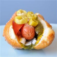In the US, the Chicago-style hot dog is legendary. Mustard, gherkin relish, tomatoes, jalapenos and a sprinkling of celery salt make this hot dog delicious. Dog Recipes, Great Recipes, Favorite Recipes, Delicious Recipes, Hamburgers, Super Bowl, Beef Hot Dogs, Fingerfood Party, Gastro