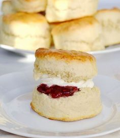 Buttermilk Scones This is the perfect buttermilk scone recipe. Rich, light, buttery and full of flavour these buttermilk scones are a treat to eat. Baking Recipes, Cake Recipes, Dessert Recipes, Desserts, Perfect Scones Recipe, Buttermilk Scone Recipe, English Scones, British Scones, Hp Sauce