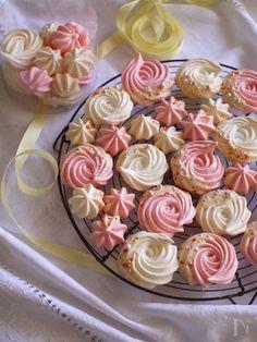 卵白とグラニュー糖だけで作るサクサクメレンゲクッキーにチョコレートをつけてバレンタイン用に。半量は、いちごパウダーを加えて、ほんのり甘酸っぱいいちご味のピンクに。焼き時間は長いですが、つやつやのメレンゲを作れば、誰でも簡単にできるかわいいお菓子です。お好みの色付けや、絞り方でアレンジも楽しめます。  湿気にとても弱いお菓子なので、乾燥剤と一緒に密閉容器に入れての保存がおすすめです。