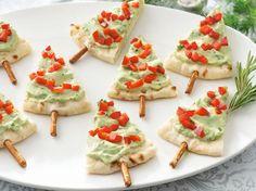Esse é outro bem fácil de fazer e que impressiona. O segredo é usar um guacamole delicioso. De resto, a massa pode ser de pizza ou pão sírio e os enfeites de pimentão ou tomate. O tronco do pinheiro é palitinho salgado (do tipo Stiksy, da Elma Chips). BETTY CROCKER