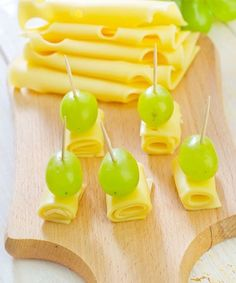 5 Low-calorie Options for Evening Snacks - Cheese and grapes (Cheese Platter Arrangement) Low Calorie Snacks, Diet Snacks, Party Snacks, Healthy Snacks, Vegetarian Crockpot Recipes, Easy Healthy Recipes, Raw Food Recipes, Finger Food Appetizers, Appetizer Recipes
