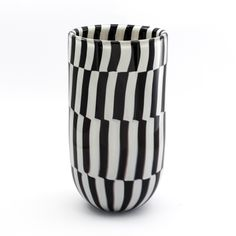 vaso bianco e nero in vetro di Murano, questo prodotto interamente artigianale è realizzato con la tecnica della soffiatura. Murano glass vase, handmade and beautiful interior design.