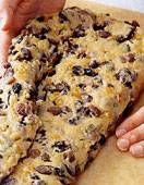 Backen für Weihnachten: Stollen selber backen - so geht's! Christmas Cookies, Banana Bread, Baking, Desserts, November, Food, Marmalade, Postres, Germany