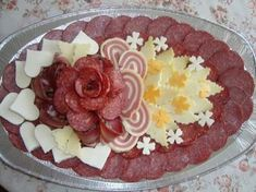 This is a great way to serve cold cuts and cheeses. This is a great way to serve cold cuts and cheeses. Meat Platter, Food Platters, Cheese Platters, Amazing Food Decoration, Deco Fruit, Sandwich Cake, Food Garnishes, Best Appetizers, Appetisers