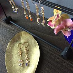 涼しげなドロップカットの天然石(アイオライト、カーネリアン、レモンクォーツ)と金のリングが美しいピアス K14gf使用