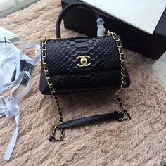 Sacs à main et bourses 2018 Chanel #Chanelhandbags  #à #bourses #Chanel #Chanelhandbags #main #sacs Fall Handbags, Burberry Handbags, Chanel Handbags, Handbags On Sale, Luxury Handbags, Fashion Handbags, Purses And Handbags, Chanel Tote, Gucci Purses