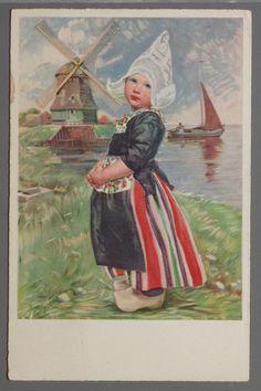 Antje im Sonntagsstaat H. von Schlieben. 1969-1970 Reclametekening met meisje in Volendams klederdracht: kanten muts (hul), kletje en kralap, gestreepte rok (rode rok) en schort met gebloemd bovenstuk. Toeristische versie van het Volendams kostuum. Het afgebeelde kostuum is het bruidskostuum. De kinderen hadden een eigen dracht. Op de achtergrond een molen en een zeilscheepje. #NoordHolland #Volendam