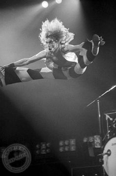 This never gets old! Diamond David Lee Roth Live 1978