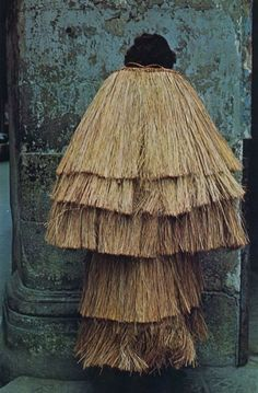 Japanese straw raincoat - a design fundamentally unchanged for hundreds of years. Japanese Culture, Japanese Art, Folklore, Cultures Du Monde, Culture Art, Raincoat Outfit, Bokashi, Donia, Textiles