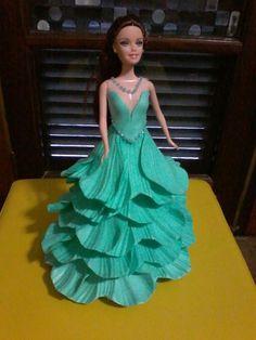 Boneca decorada com vestido em E.V.A. na cor escolhida, desde que disponível no mercado.    O preço é por unidade, foto com duas bonecas juntas somente ilustrativa