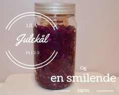 En smilende tarm er viktig både for den fysiske og psykiske helsen din. Og en viktig bidragsyter til en smilende tarm er fermentert mat og drikke. Her har du en enkel oversikt over hvordan du kan komme igang. Lila julekål 1. Ingrediensene 1 rødkål 2 gulrøtter 1 eple 2 ss mineralsalt Mason Jars, Lilac, Mason Jar, Glass Jars, Jars
