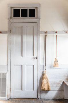 Foyer decorating – Country farmhouse decor – Home decor styles – Sh… Country Farmhouse Decor, Farmhouse Style, Home Decor Styles, Cheap Home Decor, Estilo Shaker, Shaker Furniture, Foyer Decorating, Decorating Ideas, Decor Ideas